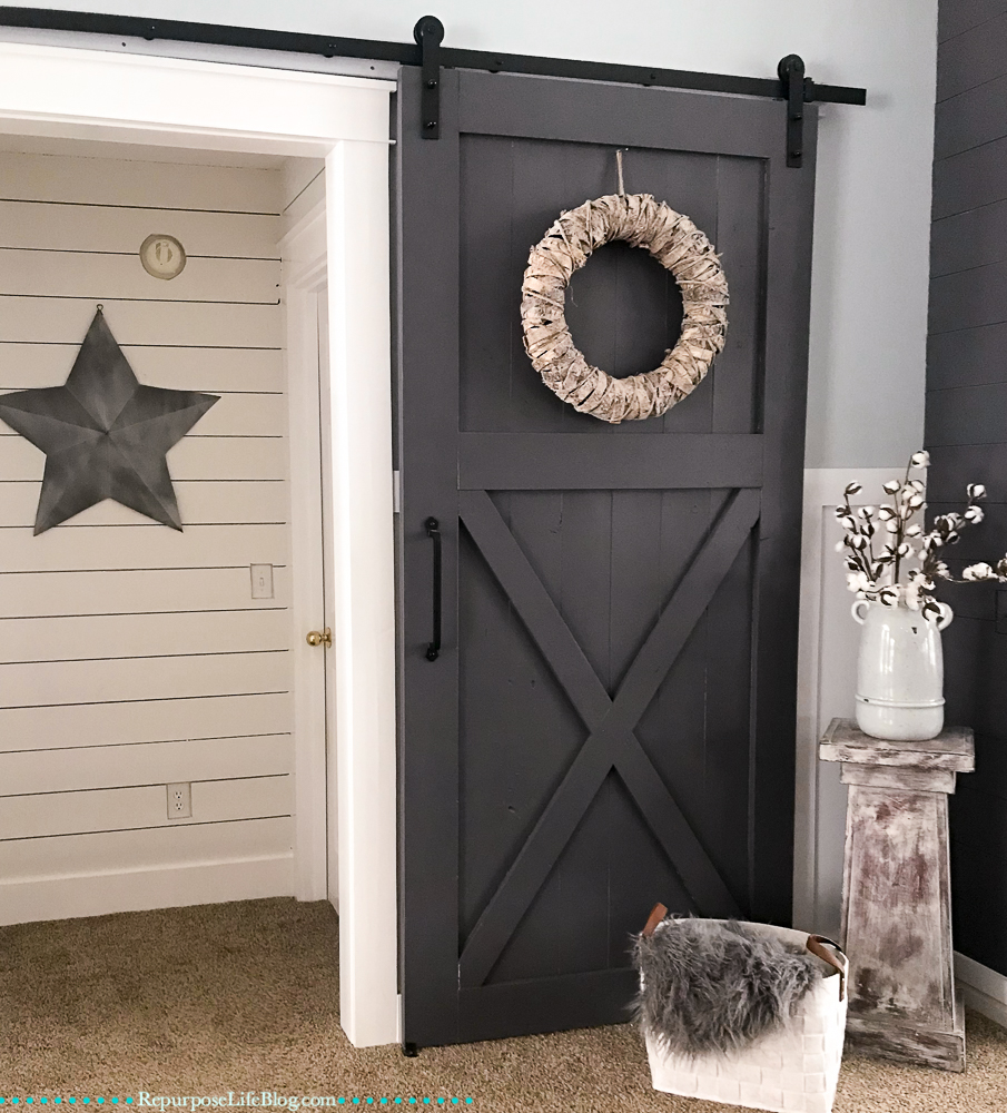 alcove with sliding barn door and a metal star